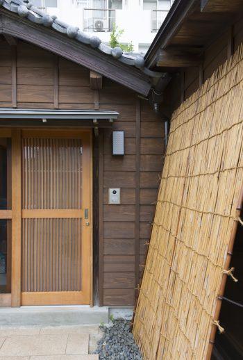 玄関の引き戸の佇まいも美しい。この先が土間になっている。外壁は杉板を張り直している。