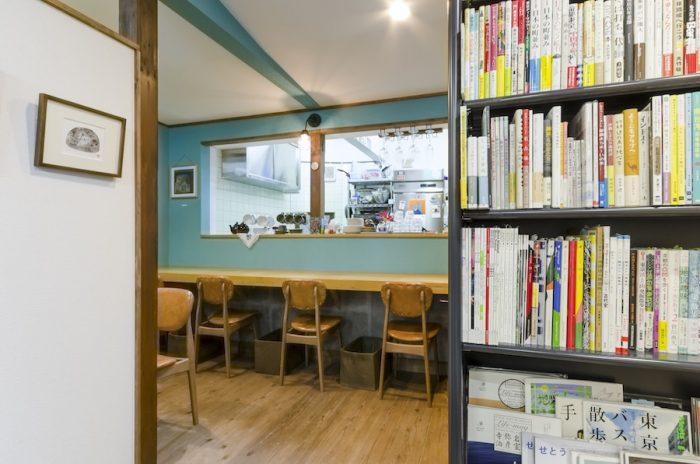 ブルーの壁が印象的なカフェスペース。全8席。