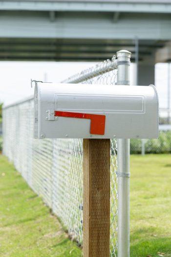 庭先には、アメリカの映画やドラマで見たままの郵便ポストが。