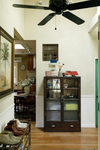 玄関を入ったところ。右手がリビング、左手が廊下とベッドルームにつながり、奥に見えるのがダイニングキッチン。