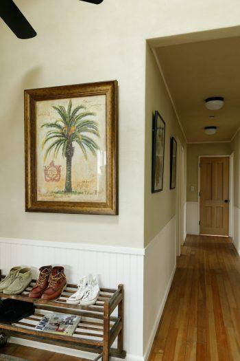 パームの絵は木堂夫妻からの新築祝い。庭に植えるパームの木に合わせて、ハワイで見つけたものだそう。
