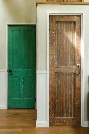 左がガレージにつながる扉。右が階段下収納の扉。ずっと眺めていたくなる味わい深さ。