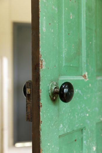 何度もペンキを塗り直されてきたドア。「この剥げ具合がいいんです!」と木堂さん。
