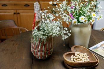テーブルに飾られていたお花たち。右側の花瓶は、木堂夫妻のお店「RUSTIC GOLD」で、Kさんが一目惚れして購入したもの。