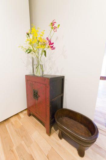 玄関に置かれたキャビネットは奥さまのお気に入り。 「北京から帰国する2日前に購入し、手荷物で持ち帰りました。後悔がないよう思い切って買ってしまいました(笑)」(奥さま)
