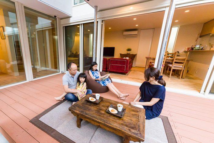 日曜日の朝食やブランチは、マットを敷いてピクニック気分。長女さんが座っているソファは、自室から持参したもの。北京で購入したテーブルも活躍。