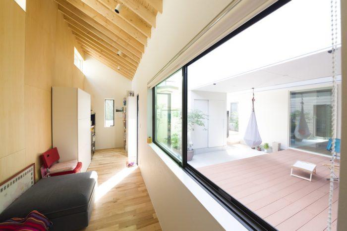"""来訪者が他の家と間違えた、""""離れ""""の内観。傾斜した天井や壁は木がむき出しで自然のまま。「人工的なものはあまり好きではない」とご夫妻。"""
