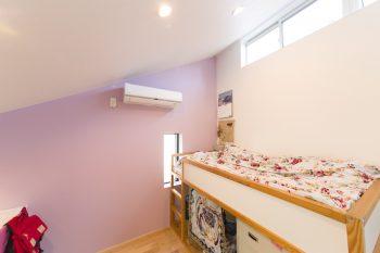 壁の色を自分でチョイスしたという長女さんの部屋。窓を開けると、子どもだけが屋根に上がれるようになっている。