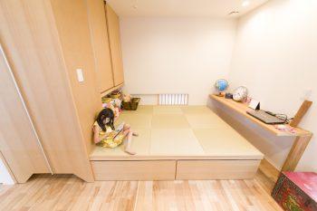リビングの一角に小上がりの畳コーナーを設けた。現在は、子どもの遊び場や作業スペースとして重宝。床材は、水回り以外、メープルの無垢材を採用。裸足で歩いても気持ちいい。