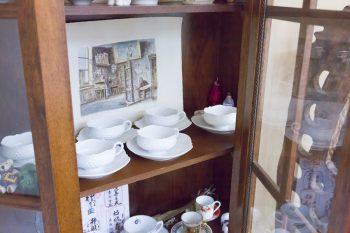 奥さまが初任給で購入したというアンティークのキャビネットには、マイセンのティーカップが並ぶ。親しい友人たちからの結婚祝いで、花嫁が希望したブランドのカップを贈り合うのが恒例だそう。