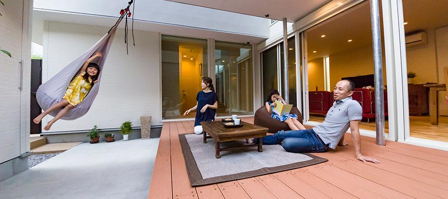 プライバシーと開放感を両立日々の暮らしを豊かにするアウトドアリビングのある家