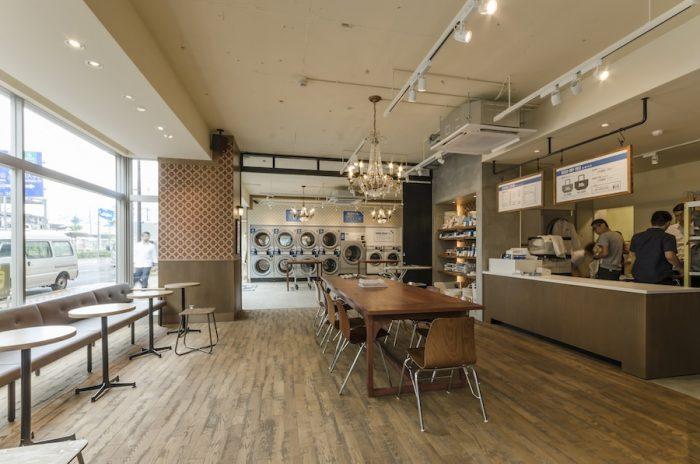 """クリーニングや洗濯代行など対面のサービスを行うカウンターとカフェスペース。店内にはフレディさんがセレクトした""""ランドリーミュージック""""が流れている。"""