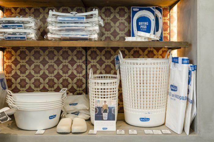 オリジナルアイテムの中でも特に人気が高いランドリーバスケット。容量が大きく、ポリエチレン製で丈夫。ウォッシュタブと口径が同じなので重ねて使えば洗濯物の分別が可能だ。