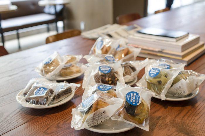 コーヒーに合うペストリーはマフィンやシナモンロールクッキー、チョコレートブラウニーなど。個包装されているのでテイクアウトも可能だ。