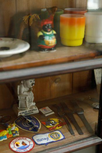 飾り棚には、Kさん夫妻が集めた古いアメリカの小物たちが。古着屋で見つけたワッペンは、4歳と2歳のお子さんの服につける予定。