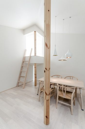 象徴性も感じられるこの丸柱は、建築家、篠原一男の「白の家」(1966 年)の柱も意識したものという。