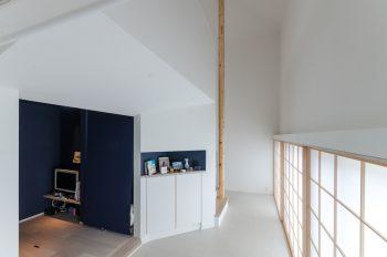 左が、奥さんが「深く眠れる」という、濃紺の和紙が貼られた寝室。