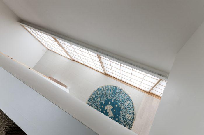 1 階の開口の上部には間接照明が仕込まれている。