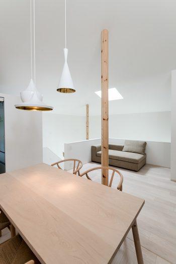 テーブルの上のライトはTom Dixon の製品。白くてシンプルな空間にランダムな配置がしっくりくる。