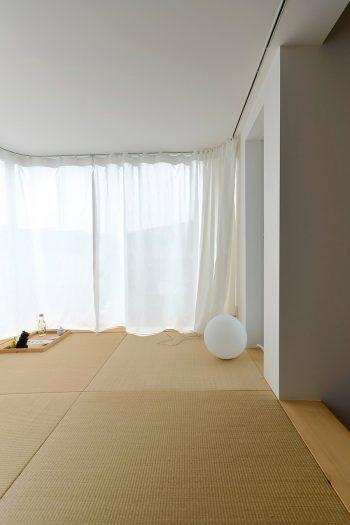 2 階の畳のロフトスペース。佐藤さんのお気に入りのスペースだ。「ここだとはじめての方でもすぐ打ち解けます」。