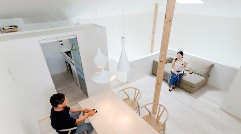 """3 本の丸柱が立つ"""" 白の家""""建て込んだ敷地で自然の景色と快適空間を手に入れる"""