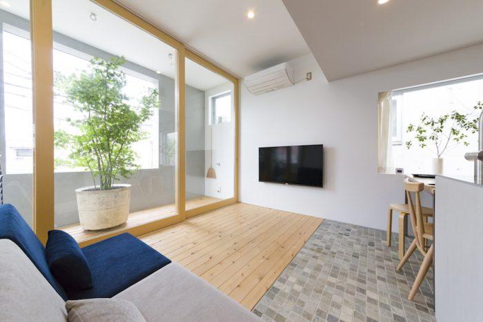 石英岩と青森ヒバの床で空間を分けた2階のLDK。準防火地域にあたるため、インナーテラスにすることで防災認定を必要としない木製建具を使用した。