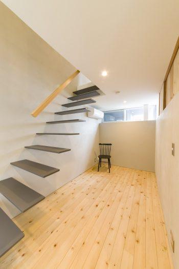 1階奥にはゲストルームとして使えるスペースを用意。階段は圧迫感を避けるため、存在感を消す設計に。