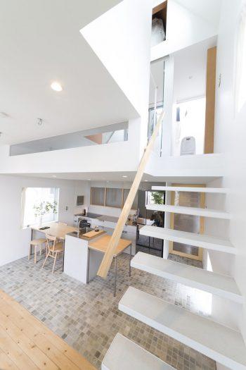 3階からの光が吹き抜けを通して2階に届く。天井高に差をつけ、リビング側を高くすることでより開放的に。