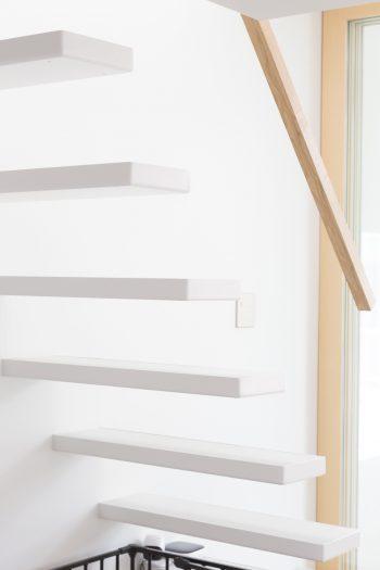 シンプルに徹した階段。手すりにはタモ材を使用。