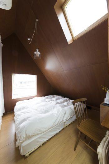 ベッド手前の椅子が、洗面側からも使える作業スペース。高台に位置し、晴れた日には3階の窓から富士山も眺められるそう。
