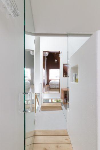 テラス、バスルーム、洗面、ベッドルームへと一直線に続く。家事動線がいいのが魅力。
