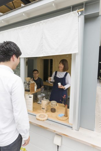 「いけのうえのスタンド」は妻・麻衣さんが担当。暖簾ごしにコーヒーを注文するやりとりが、どこか昭和を思わせる。