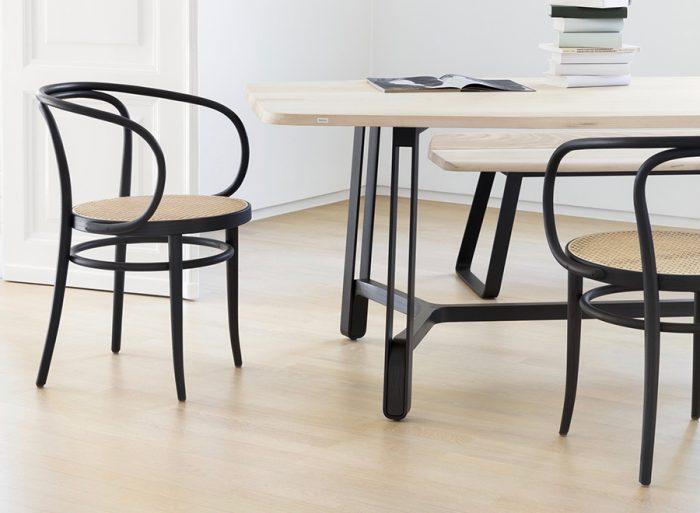 優美な曲線を描く曲木椅子に籐の座面が美しく映える。