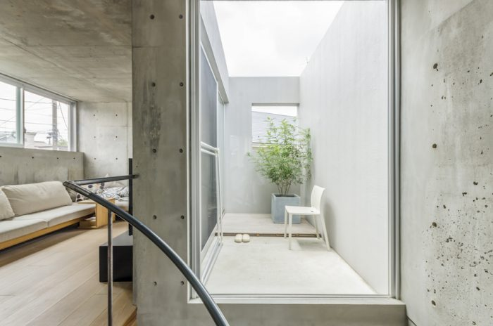 2階のリビングとテラス。既製のアルミサッシの質感に合わせるため、開口周りはコンクリートの地肌そのままではなくモルタルでエッジをシャープに仕上げている。