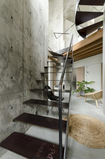 スチール階段の錆は川辺さんがコントロールして現状のようにしたもの。