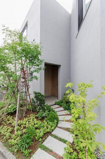 玄関へのアプローチ部分の緑はガ―デンデザイナーによるもの。