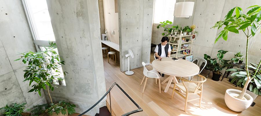 壁で区切りながらも繋がった空間コンクリートとスチールの素材感にこだわってつくる