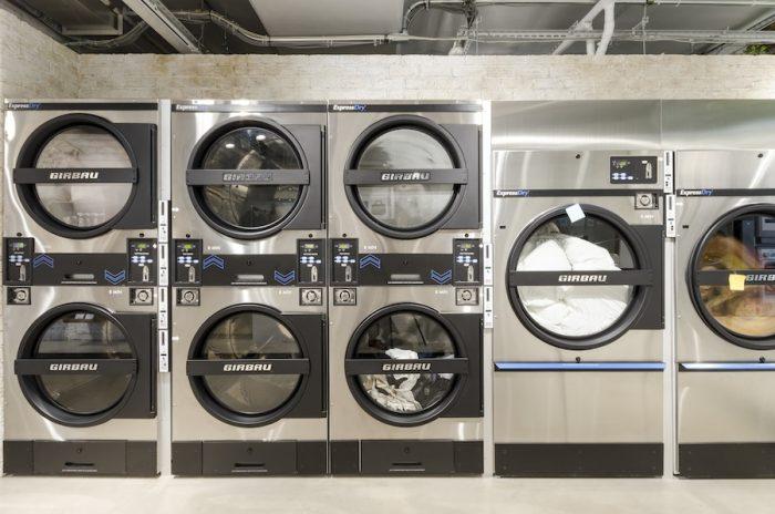 ランドリー400円〜、乾燥8分につき100円。布団類洗濯1,100円〜、乾燥6分につき100円。