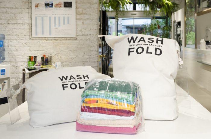 洗濯専用ランドリーのサイズはスモールとレギュラーの2サイズ。詰め放題の定額制。持ち込みはスモール1,500円、レギュラー2,200円。宅配はスモール2,200円、レギュラー3,000円。