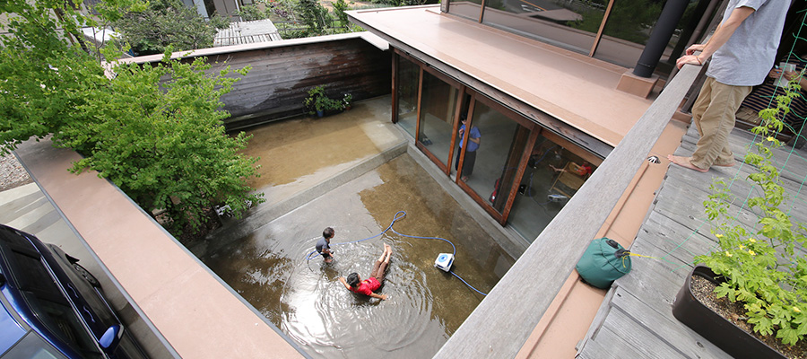 雨が降ると池が出現  子どもの成長を見守り、 外を感じながら過ごせる家