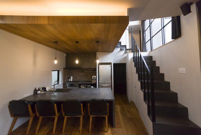 高低差を利用したスキップフロアになっている。階段の上が中二階で、2つの子供部屋に通じる。
