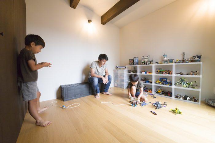 慈英(ジェイ)くん(7歳・右)と恵琉(エル)くん(5歳)が遊ぶ、中二階のプレイルーム。彼らが作ったレゴの作品がきれいに陳列されている。
