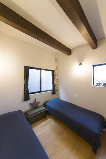 子供たちの寝室。中二階で天井が低めのため、あえて梁を出すことで圧迫感を軽減。