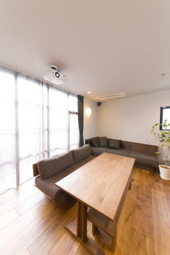以前から使用していた「マスターウォール」のソファとテーブルにテイストを合わせ、壁際にソファを造作。