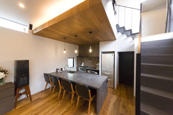 さまざまな素材が見事に融合し、洗練された空間に。キッチン側は一段下げ、座っている人との視線の高さを意識した。「ホームパーティのとき、キッチンに立ちながら一緒に飲めるというアイランドにこだわりました」(絵美香さん)