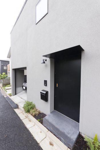 引き戸を採用した玄関。左奥はガレージ。