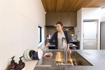 洗い物は、珪藻土の水切りパッドとラックの上に。水切りカゴがないため、キッチンは常にすっきり。