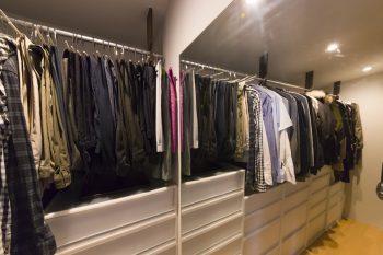 夫妻の1年中の衣類を収納。掛ける服の長さに合わせ、引き出し部分は段差をつけている。