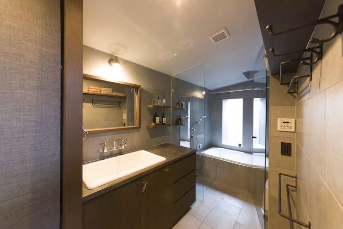 2階のバスルーム。窓のある落ち着いた空間は慶さんのお気に入り。「休みの日には音楽を聴きながらのんびり入ることも。お風呂の時間が長くなりました」