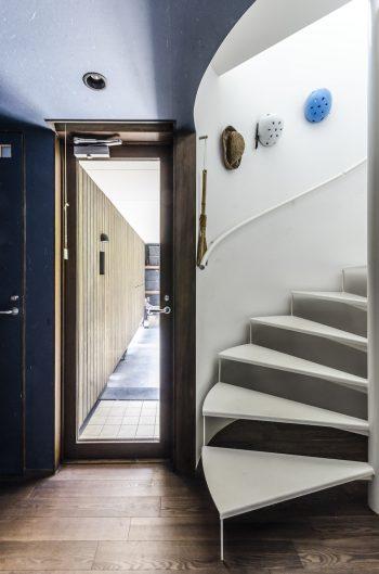 1階玄関の脇に円形の階段がある。